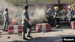아프가니스탄 동부 잘랄라바드에서 경찰이 1일 시크교도와 힌두교도들을 겨냥한 자살폭탄 현장을 수사하고 있다.