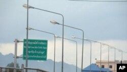 การที่รัฐบาลพม่าปิดจุดผ่านแดนที่สำคัญระหว่างไทยกับพม่า ที่อำเภอแม่สอดจังหวัดตาก ส่งผลกระทบอย่างไรบ้าง?