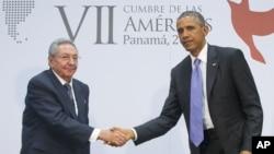 ប្រធានាធិបតិអាមេរិក បារ៉ាក់ អូបាម៉ា និងប្រធានាធិបតីគុយបា Raul Castro ចាប់ដៃគ្នានៅក្នុងកិច្ចប្រជុំមួយក្នុងកិច្ចប្រជុំកំពូលរបស់អាមេរិក (Summit of the Americas) នៅក្នុងក្រុងប៉ាណាម៉ា (Panama) ប្រទេសប៉ាណាម៉ា កាលពីថ្ងៃសៅរ៍ ទី១១ ខែមេសា ឆ្នាំ២០១៥។