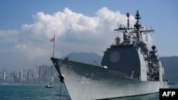 Tư liệu: USS Chancellorsville, tuần dương hạm có tên lửa dẫn đường của Mỹ thả neo trong chuyến đi thăm Hong Kong cùng với tàu sân bay USS Ronald Reagan ngày 21/11/2018. (Photo by ANTHONY WALLACE / AFP)