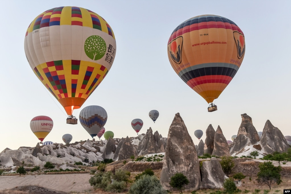 터키 동부 카파도키아 거점도시 네브세히르 일대에서 진행된 열기구 비행 경연 광경.