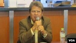 Praktisi Hukum Todung Mulya Lubis sebagai pembicara dalam acara diskusi di Jakarta, Senin 8/8. (foto: VOA/Fathiyah Wardah)