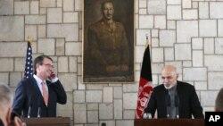 El secretario de Defensa, Ashton Carter (izquierda) escucha al presidente afgano, Ashraf Ghani, durante una conferencia de prensa en Kabul.