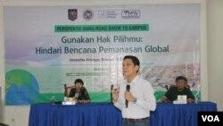 Mengangkat isu penyelamatan lingkungan dalam kampanye Pemilu di Universitas Airlangga, Surabaya (VOA/Petrus Riski)
