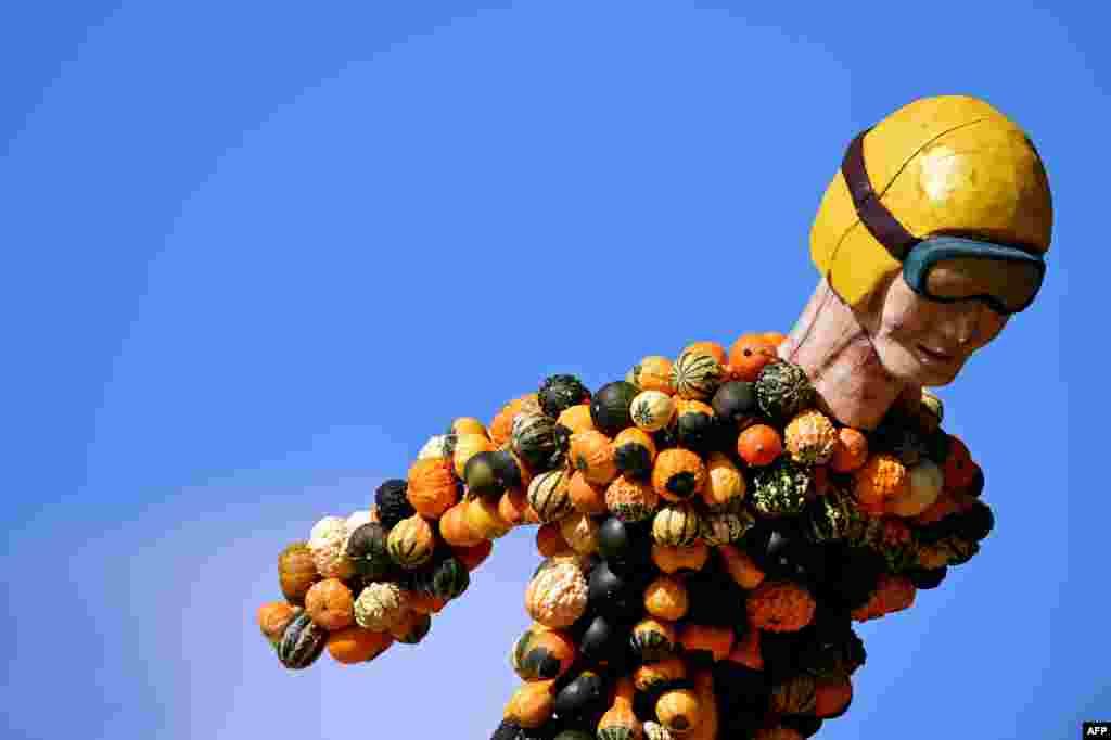 Những quả bí ngô xếp thành hình người nhảy khỏi máy bay trại một trang trại ở Klaistow, Đức trong một cuộc triển lãm bí ngô truyền thống.
