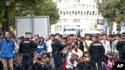 مهاجرین در جاده های پاریس در انتظار منتقل شدن به سرپناه های موقتی
