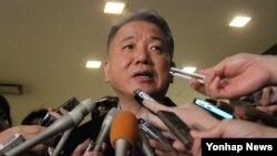 이상덕 한국 외교부 동북아시아국장이 19일 오후 일본 도쿄도 외무성 청사에서 일본군 위안부 문제 등을 다루는 한국과 일본의 6번째 국장급 협의에 관해 취재진에 설명하고 있다.