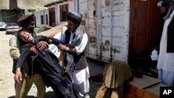 Một người đàn ông Afghanistan than khóc cái chết của người anh em, phía nam thủ đô Kabul, Afghanistan, 27/8/2013