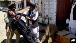 27일 아프가니스탄 카불 남부에서 무장 괴한들의 공격으로 수십명이 사망한 가운데, 한 남성이 동생의 사망 소식을 듣고 슬퍼하고 있다. 이 날 아프간 서부에서도탈레반의 공격으로 국제 구호요원 6명도 숨졌다.