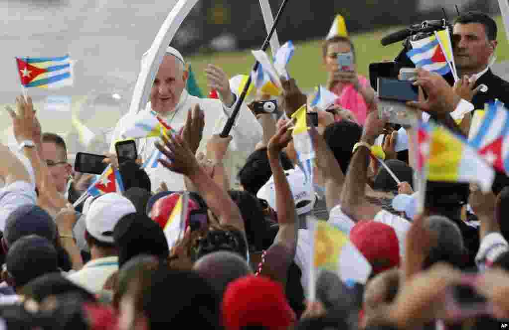 Papa Francis awasili kwenye Uwanja wa Mapinduzi kuongoza Misa ya hadhara mjini Havana, Cuba, Jumapili, Sept. 20, 2015.