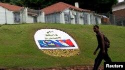 2013年3月25日,一位男士走过宣传金砖五国德班峰会的花圃。