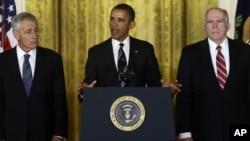 奥巴马总统1月7日在白宫提名前参议员哈格尔(左)出任国防部长,他的副国家安全顾问布伦南(右)出任中央情报局