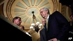 میچ مک کانل رهبر جمهوریخواهان سنا تلاش زیادی کرد که لغو بیمه همگانی را در سنا به تصویب برساند.