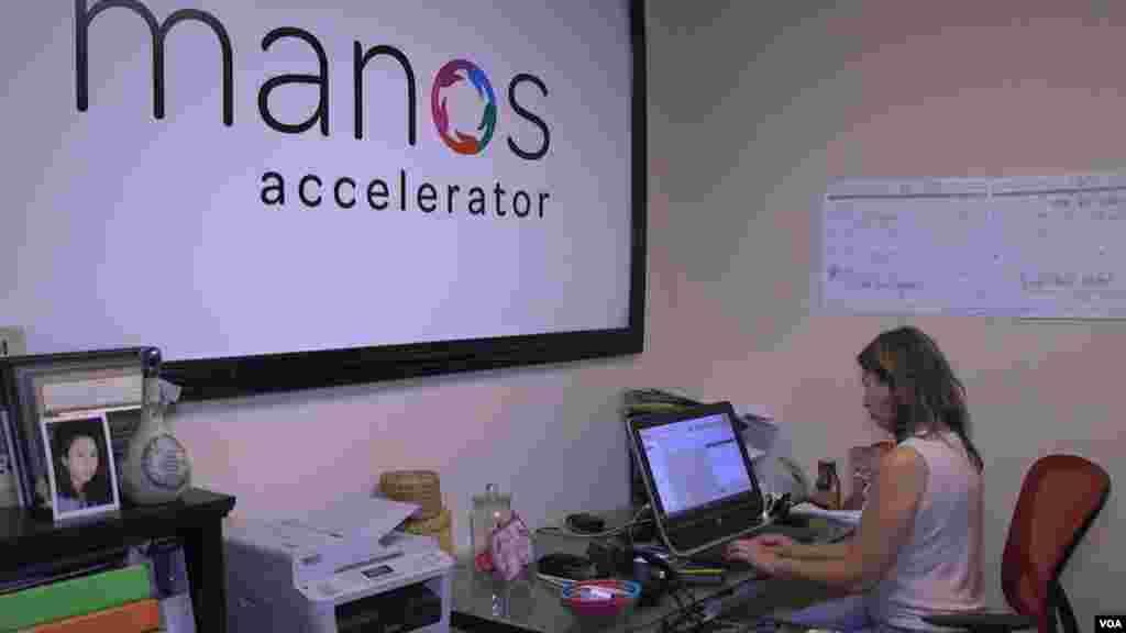 La aceleradora Manos es una organización centrada en ayudar a jóvenes emprendedores latinoamericanos.