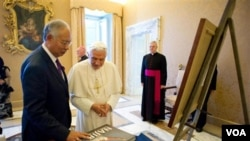 Paus Benediktus XVI menerima kunjungan PM Malaysia Najib Razak di kediaman Paus di Castelgandolfo, Roma selatan (18/7).