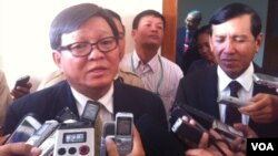 Negotiators for the ruling and opposition parties Prum Sokha (right) and Son Chhay (left) brief media after the two sides agreed to form special team to investigate allegations of election irregularities.