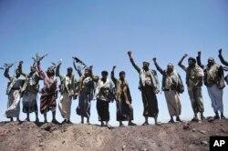 Pemberontak Houthi meneriakkan slogan-slogan setelah berhasil menguasai sebuah divisi militer di Sanaa, Yaman. (Foto: AP)