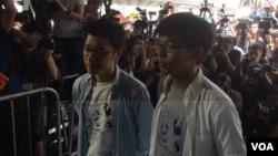 香港上訴庭的對學民思潮前召集人黃之鋒、學聯前秘書長周永康及前常委羅冠聰改判裁定,引發泛民的廣泛不滿。數百名支持者在高等法院內外高喊口號聲援三人。