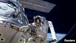 미국 우주인이 국제우주정거장 밖에서 유영 중이다 (자료 사진)