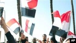 2月8日反对穆巴拉克的抗议者在埃及亚历山大高呼口号