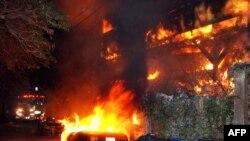 Vatrogasci Los Andjelesa dolaze na mesto požara u Lorel Kenjonu, gde je piroman zapalio niz automobila.