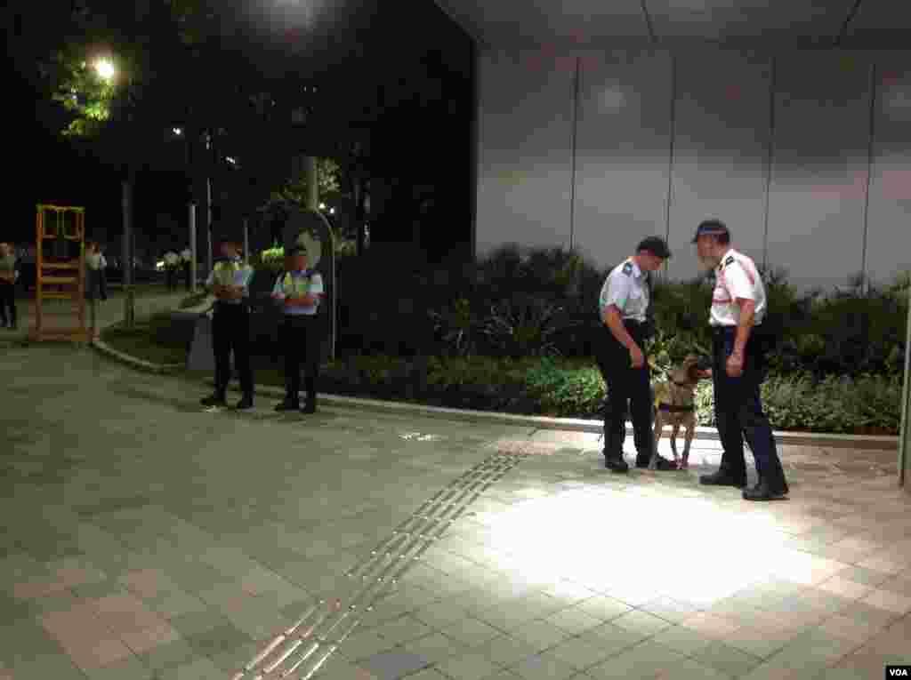 警方在去往添馬公園路上嚴陣以待(美國之音海彥拍攝)