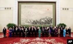 """参加北京的 """"一带一路""""国际合作高峰论坛的各国代表和嘉宾在欢迎宴会上(2017年5月14日)。"""