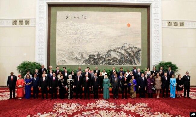 """參加北京的""""一帶一路""""國際合作高峰論壇的各國代表和嘉賓在歡迎宴會上(2017年5月14日)。"""