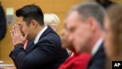 El oficial de Policía Peter Liang reaccionó durante la lectura del veredicto que lo declara culpable de dar muerte de un tiro a Akai Gurley, el jueves, 11 de febrero de 2016.