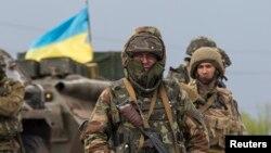 Binh sĩ Ukraine đứng canh tại một trạm kiểm soát gần thị trấn Slaviansk ở miền đông Ukraine, 2/5/14