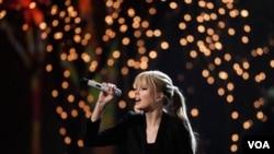 Taylor Swift se convierte en la más joven en recibir el reconocimiento de Billboard.