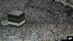 Mahujaji wakiwa katika ibada ya Hijja, mji wa Makka nchini Saudi Arabia.