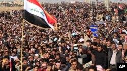 28일 이라크 팔루자에서 시아파 정부에 항의해 대규모 시위를 벌인 수니파 이슬람교도들.