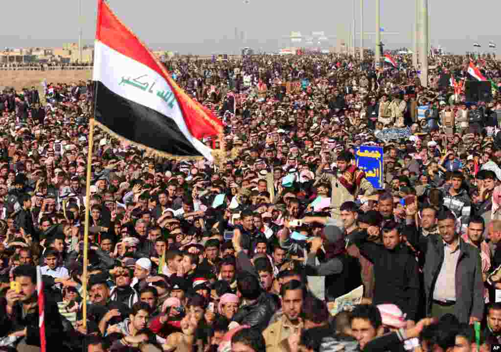 Protesters chant slogans against Iraq's Shi'ite-led government during a demonstration in Fallujah, Iraq, December 28, 2012.