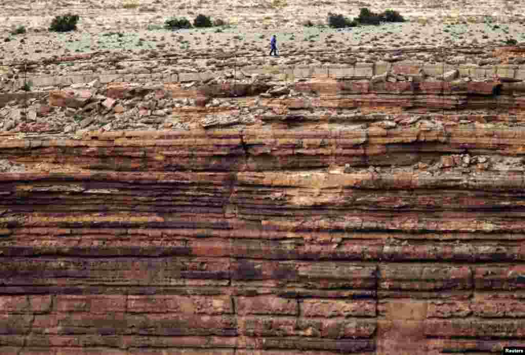 Smioni Amerikanac je uspješno prešao kabel, nategnut na visini od 1500 stopa preko kanjona rijeke Little Colorado, za 22 minute, pauzirajući dva puta i čučnuvši dva puta dok je oko njega hujao vjetar.