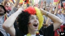 Karena fans Jerman melempar bola-bola kertas kepada pemain Portugal dalam pertandingan Kejuaraan Eropa, Federasi Sepakbola Eropa (UEFA) menjatuhkan hukuman denda kepada federasi sepak bola Jerman (foto: Dok.).