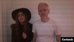 De acuerdo al mensaje que acompañó la foto, el encuentro entre Lady Gaga y Julian Assange se produjo en la noche del lunes y ambos cenaron en la embajada ecuatoriana. [Foto: Gagadaily.com]