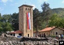 Arhiva - Srpska trobojka na tornju Pećke patrijaršije, dan pred posetu patrijarha Srpske pravoslavne crkve Irineja 2. oktobra 2010, u Peći, Kosovo.