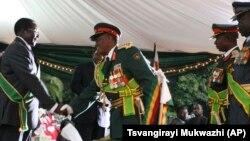 Mkuu wa majeshi ya Zimbabwe Constantine Chiwenga, akimpongeza Rais Robert Mugabe wakati wa kuapishwa kwake 2008.