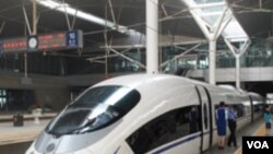 Kereta api CRH380A buatan Tiongkok, sedang diparkir. Tiongkok berambisi memimpin teknologi kereta api cepat dunia.