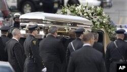 美國著名歌星雲尼.休斯頓的葬禮在新澤西舉行,數百萬人在網上觀看。圖為她的靈柩被抬上靈車