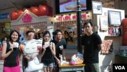 香港業餘藝術家李明慧(左二)在多位朋友協助下,舉辦首次「陸肆.廿四街頭小型展覽」(美國之音湯惠芸拍攝)