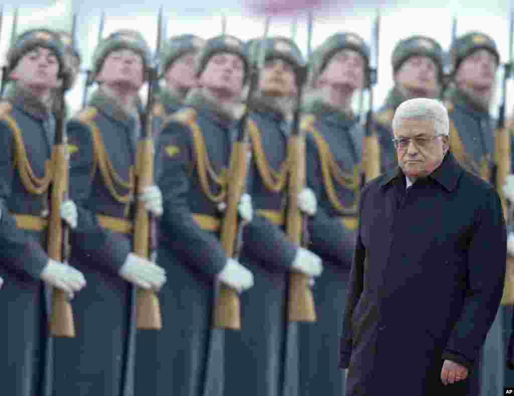 Tổng thống Palestine ông Mahmoud Abbas duyệt qua hàng quân danh dự khi đến sân bay Vnukovo của Moscow, Nga.