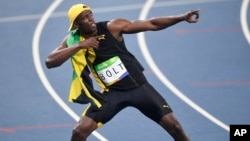 Su victoria arrancó la ovación de la enorme multitud que asistió el domingo al estadio olímpico de Rio, donde Bolt intentará ganar también los 200 metros y el relevo de 4X100 por tercera vez.
