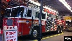 Mobil pemadam kebakaran di stasiun dekat World Trade Center di New York City. (Foto: VOA / Sandra Lemaire)