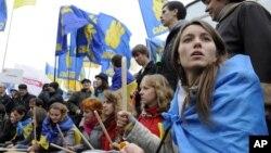烏克蘭反對派支持者在中央競選大樓前進行抗議