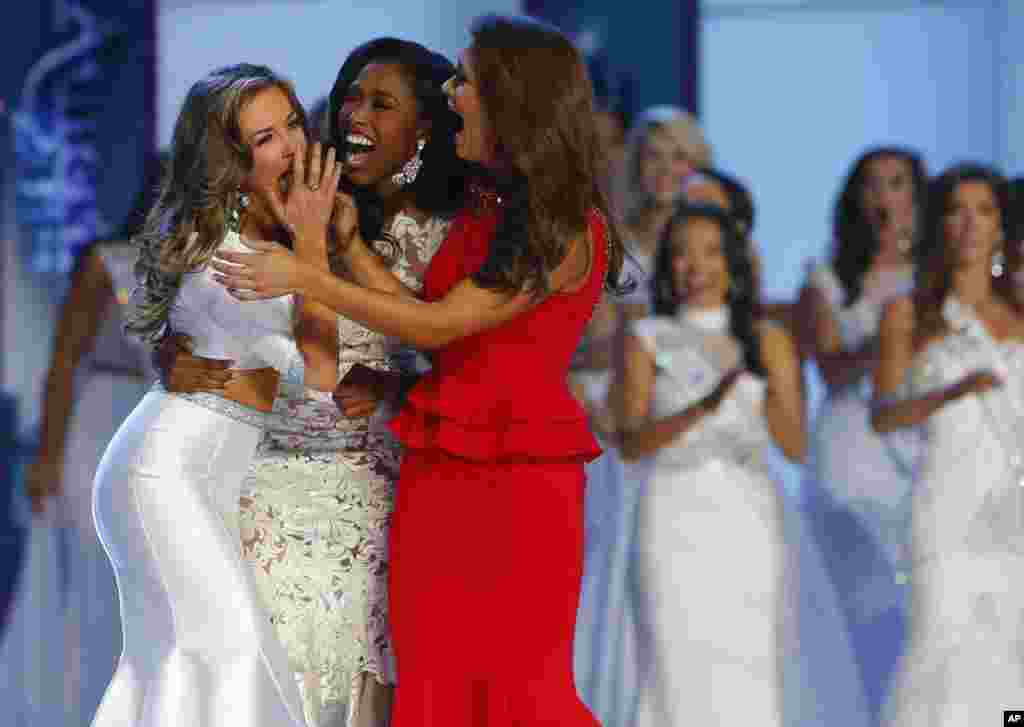 Miss Georgia Betty Cantrell, à esquerda, festeja com a Miss Carolina do Sul, Daja Dial, no centro, e com a Miss Oklahoma, Georgia Frazier, depois de ser eleita Miss America 2016, Domingo, Set. 13, 2015.