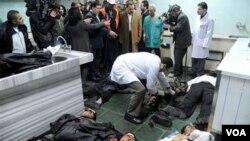 Petugas medis di Damaskus berusaha menolong para korban luka-luka akibat serangan bom bunuh diri (6/1).