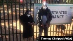 Le journaliste zimbabwéen Hopewell Chin'ono et le dirigeant de Transform Zimbabwe Jacob Ngarivhume, le 22 juillet 2020. (VOA)
