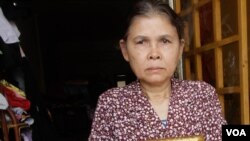 Kim Sok's mother, Chou Sami, 55, told VOA Khmer that she did not know that Kim Sok was a political commentator until he was arrested and charged in Prime Minister Hun Sen's lawsuit, Phnom Penh, Cambodia, March 22, 2017. (Sun Narin/VOA Khmer)